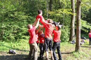 Hier feiert das Gewinner-Team den Finder des Schatzes