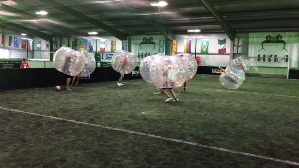 Jugendgruppe spielt Bubble Soccer